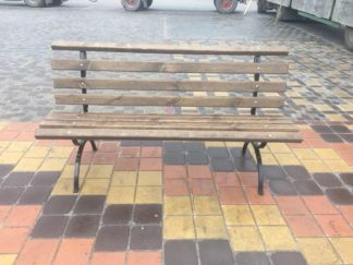 Скамейка с металлическими ножками